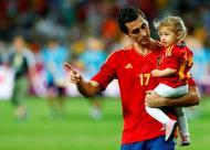 Alvaro Arbeloa com a filha Alba - Seleção espanhola vence Euro2012 Foto: Reuters
