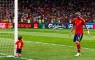 Fernando Torres com o filho Leo - Seleção espanhola vence Euro2012 Foto: Reuters