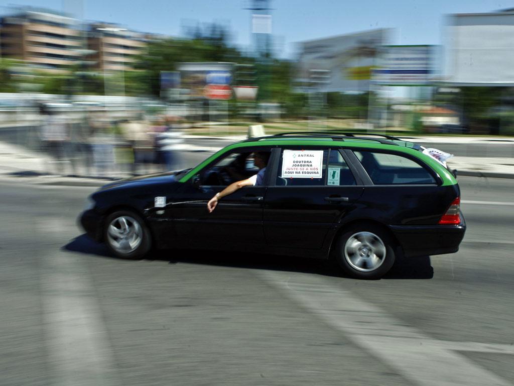 Taxistas em marcha lenta de protesto em Lisboa (Miguel A. Lopes/Lusa)
