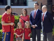 Iker Casillas, Princesa Letizia, Príncipe Felipe, Infantas Leonor e Sofia, com Rei Juan Carlos - Seleção Espanhola recebida no Palácio de Zarzuela Foto: Reuters