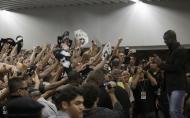 Fãs recebem Seedorf no aeroporto (Ricardo Moraes/Reuters)