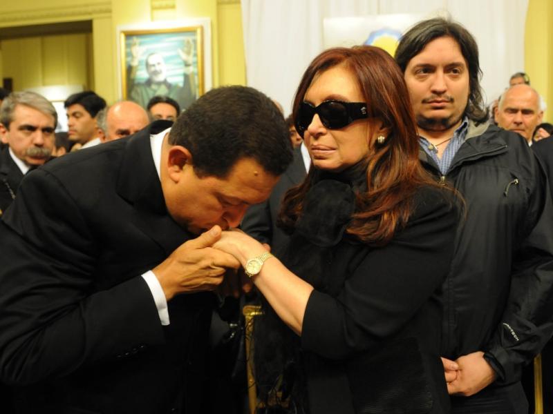 Políticos aos beijos: Hugo Chavez e Cristina Kirchner