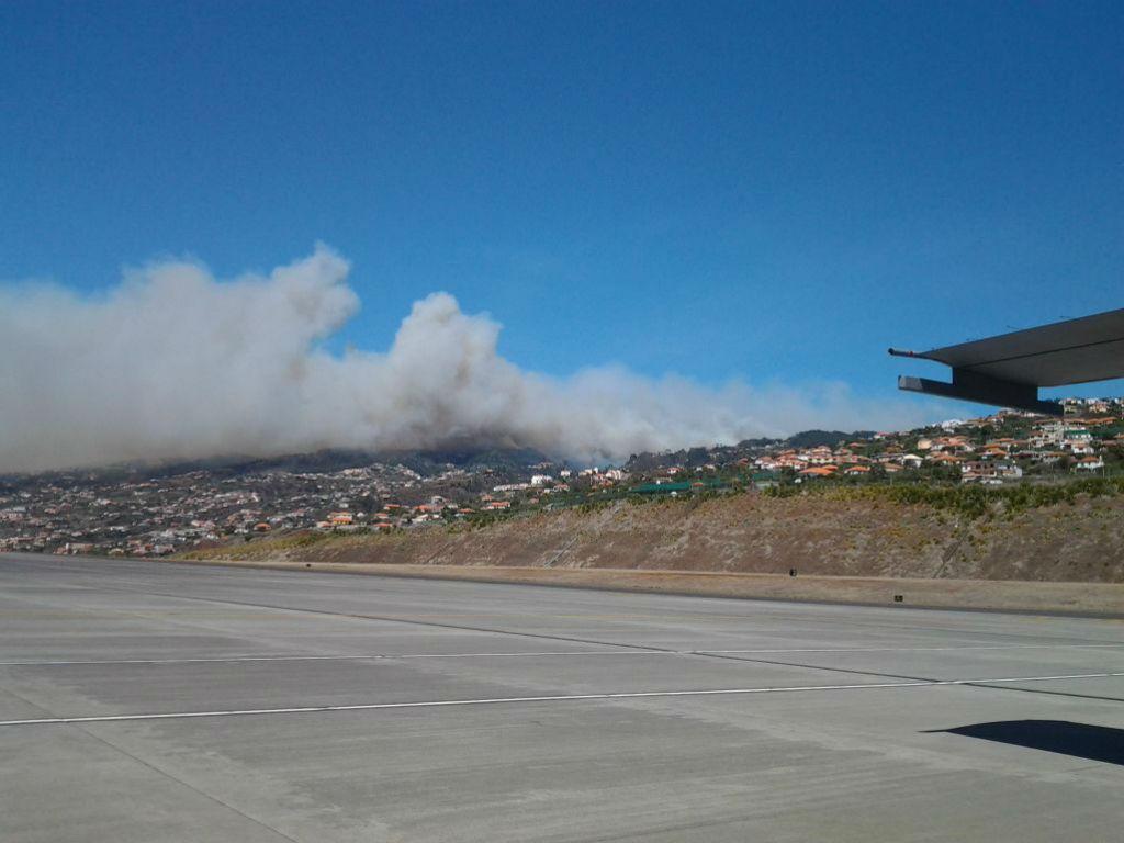 Incêndio visto do aeroporto da Madeira (Força Aérea)