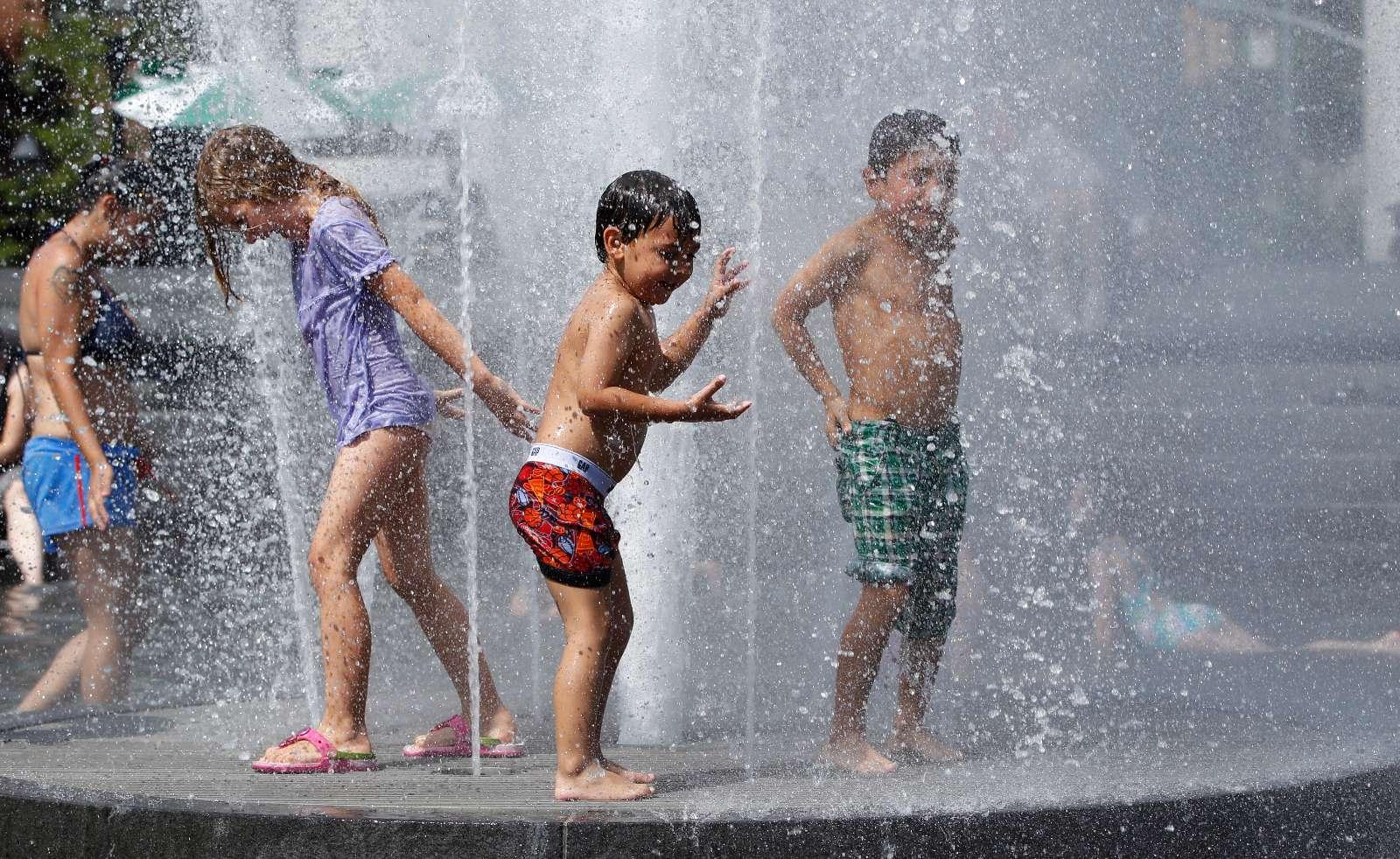 Quando o calor aperta... Fotos bizarras ou apenas fresquinhas (Reuters)