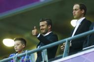 Brooklyn e David Beckham com o príncipe William - Figuras ilustres apoiam os atletas do seu país nas Olimpíadas Foto: Reuters
