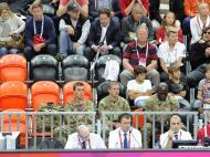 Londres 2012: soldados a ver o Espanha-China em basquetebol
