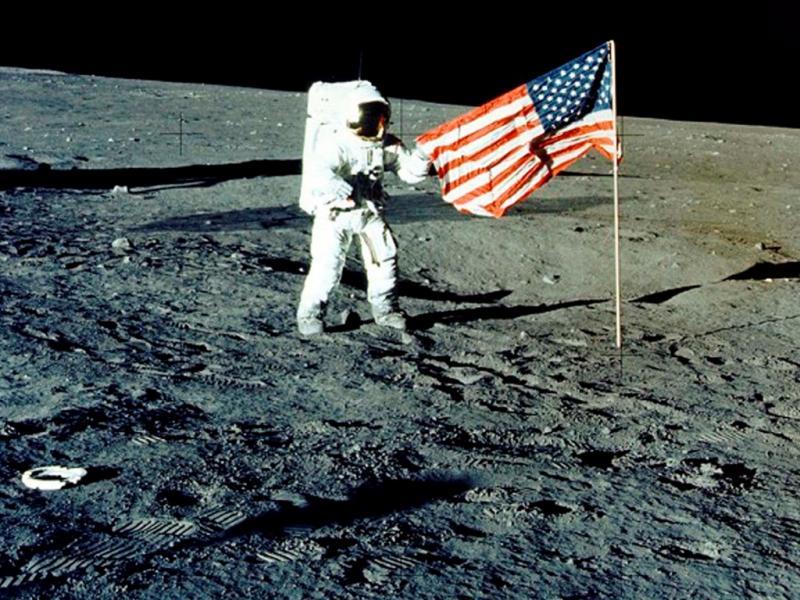 Bandeira dos EUA colocada na Lua [arquivo Reuters]