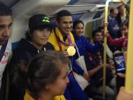 Rubén Limardo com a medalha de ouro ao peito no metro