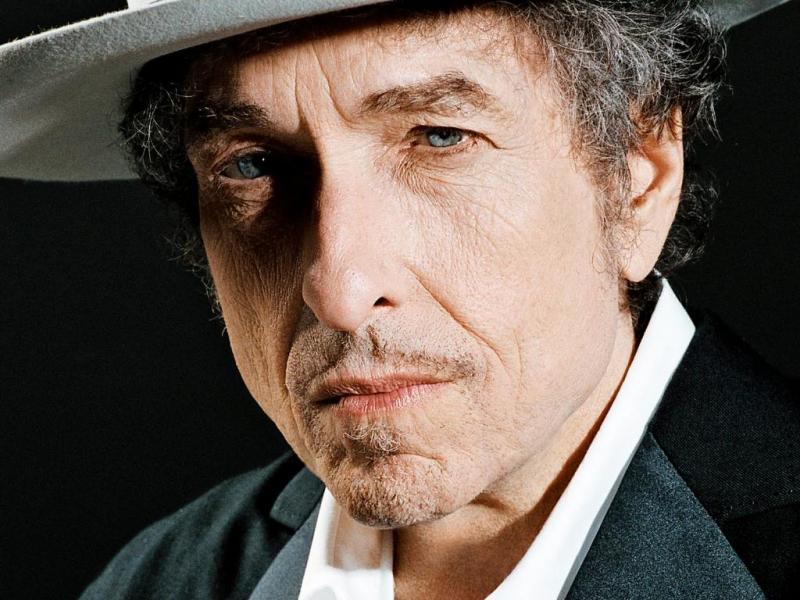 Influenciado pelo poeta Dylan Thomas, o jovem Robert Zimmerman adotou o nome artístico Bob Dylan