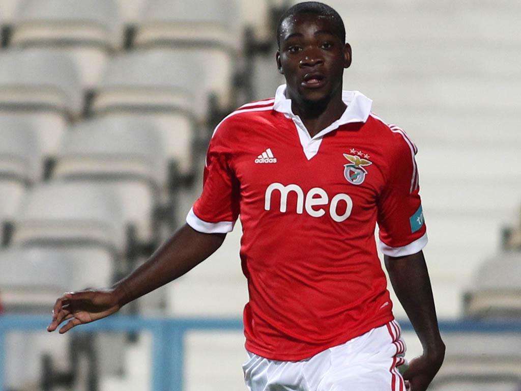 OFICIAL: Benfica empresta Ola John ao Wolverhampton