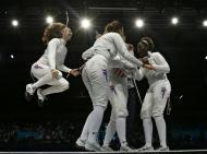 A festa da equipa de esgrima dos EUA depois de garantir a medalha de bronze