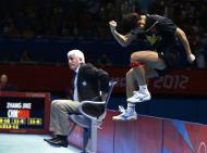O salto do Chinês Zhang Jike depois de garantir o ouro no ténis de mesa