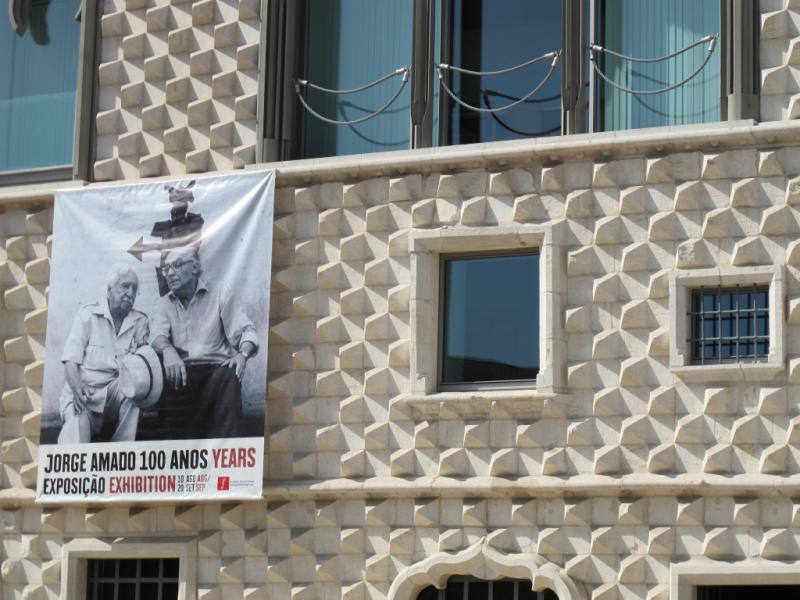 Jorge Amado e Saramago juntos na fachada da Fundação