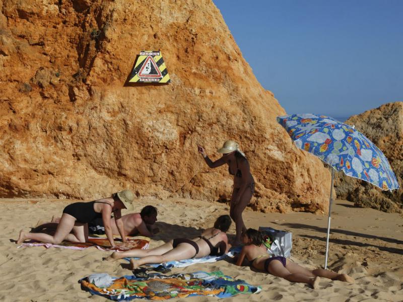 Banhistas ignoram avisos nas arribas da praia Maria Luísa (José Sena Goulão/Lusa)