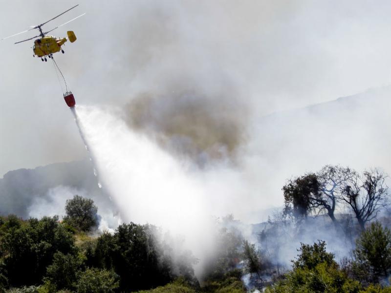 Bombeiros combatem chamas em Adanaia (Rodrigo Baptista/LUSA)