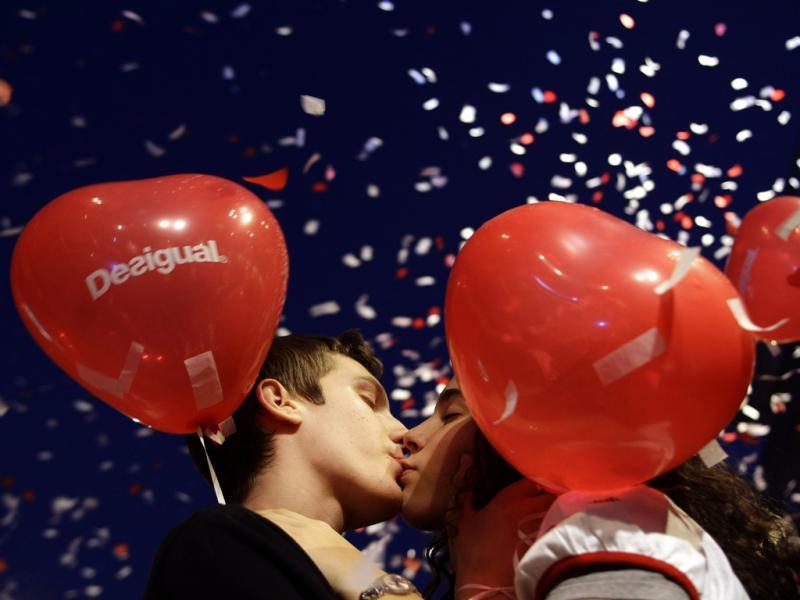 O amor está em todo o lado: Um beijo em Madrid (Reuters)