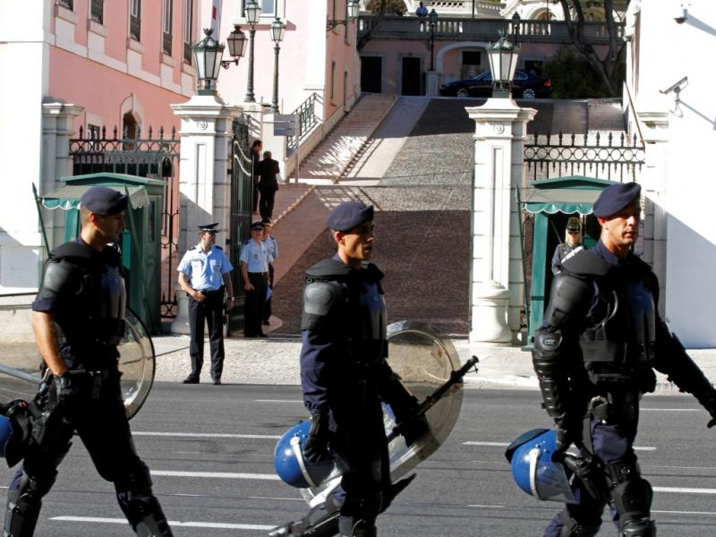 Vigília à porta do Palácio de Belém [Reuters]