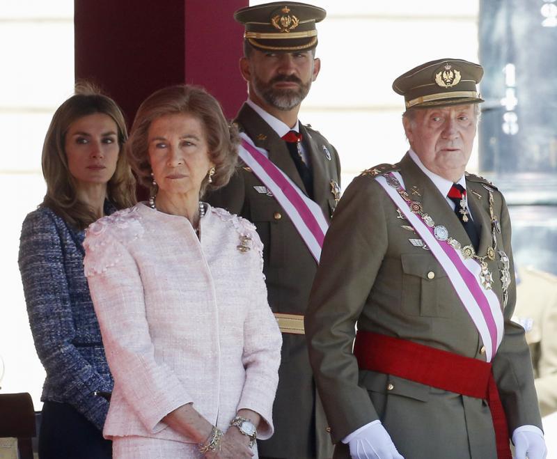 Rei Juan Carlos, Rainha Sofia, Príncipe Felipe e Princesa Letizia - Parada militar no Palácio Real em Madrid Foto: Reuters