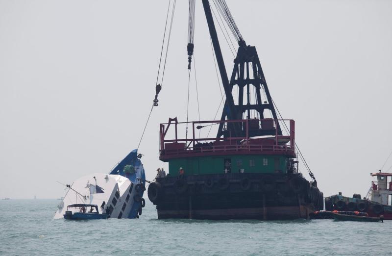 Colisão entre um ferry e uma outra embarcação ao largo de Hong Kong (Lusa)