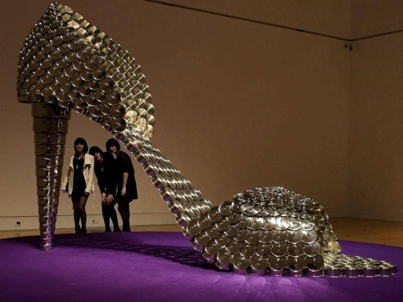 «Cinderella» é um sapato feito de panelas da autoria da portuguesa Joana Vasconcelos(Reuters)
