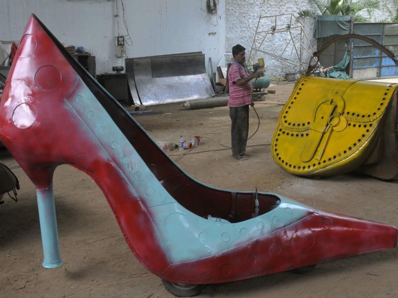 Designer de carros indiano construiu veículo em forma de sapato (Reuters)