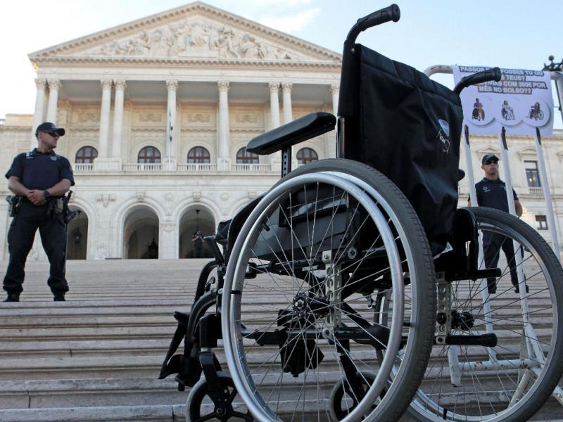 Manifestação junto à AR contra corte de apoios a deficientes (Manuel de Almeida/Lusa)