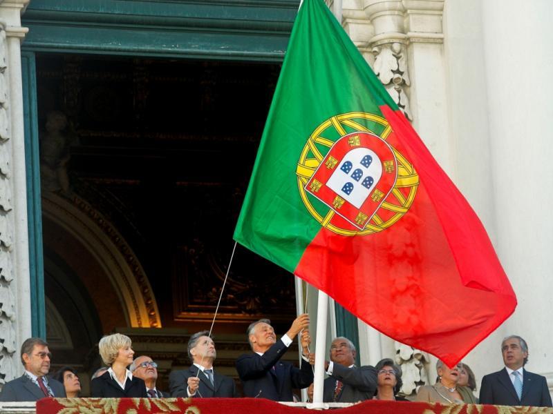 Bandeira nacional hasteada ao contrário (Miguel A. Lopes/Lusa)