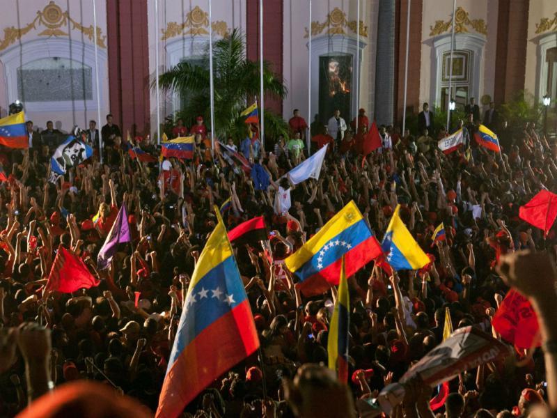 Hugo Chávez festeja reeleição como presidente da Venezuela (David Fernandez/EPA)