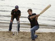 Fora do elemento deles: piloto Mark Webber tenta o críquete