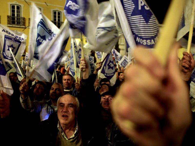 Manifestação de polícias junto ao Parlamento (ANDRE KOSTERS/LUSA)