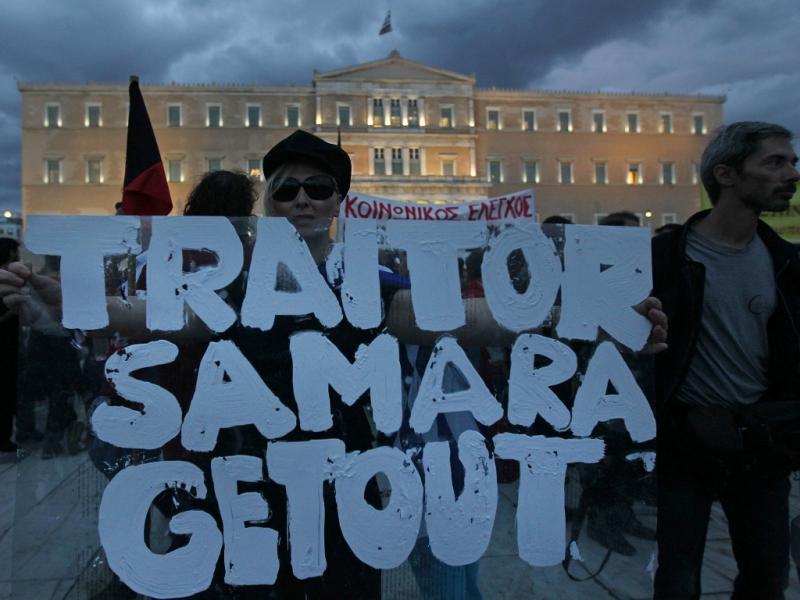Gregos manifestam-se contra a austeridade (EPA/ORESTIS PANAGIOTOU)