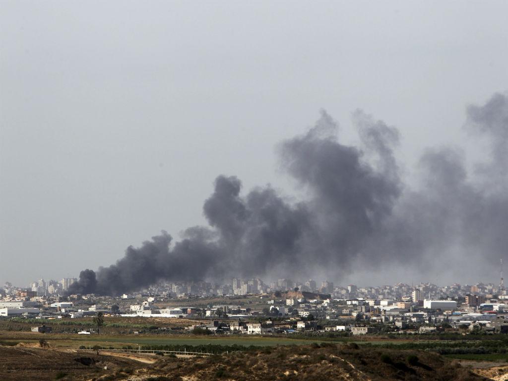 Imagem após um ataque à cidade de Gaza (Ronen Zvulun/Reuters)