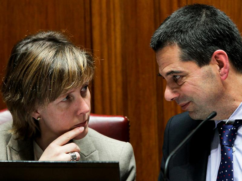 Vítor Gaspar conversa com a secretária de Estado do Tesouro, Maria Luís Albuquerque  (Lusa/EPA)