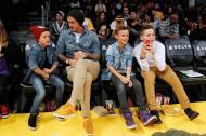 David Beckham com Cruz, Romeo e Brooklyn - David Beckham leva os filhos a jogo da NBA Foto: Reuters