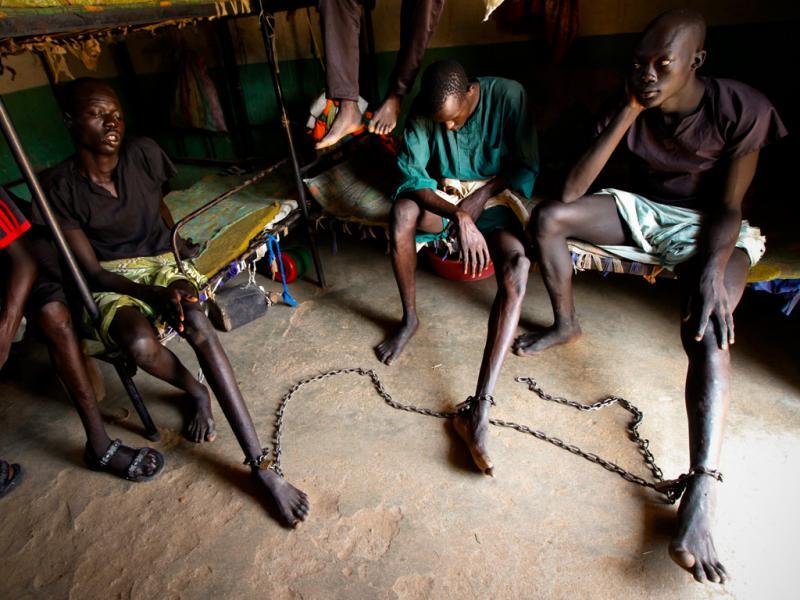 Sudão do Sul: Prisioneiros acorrentados na prisão de Rumbek (EPA/DAI KUROKAWA)