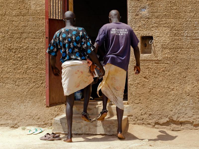 Sudão do Sul: Prisioneiros acorrentados caminham lado a lado para regressar às celas na prisão de Rumbek (EPA/DAI KUROKAWA)