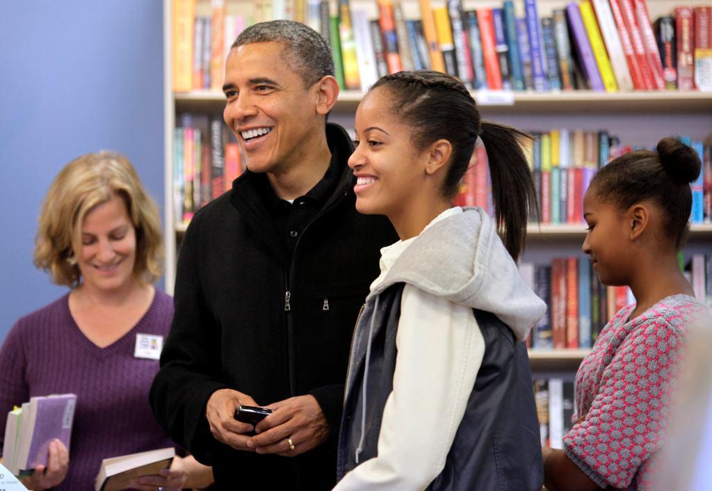 Barack Obama com Sasha e Malia - Obama faz compras de Natal com as filhas Foto: Reuters