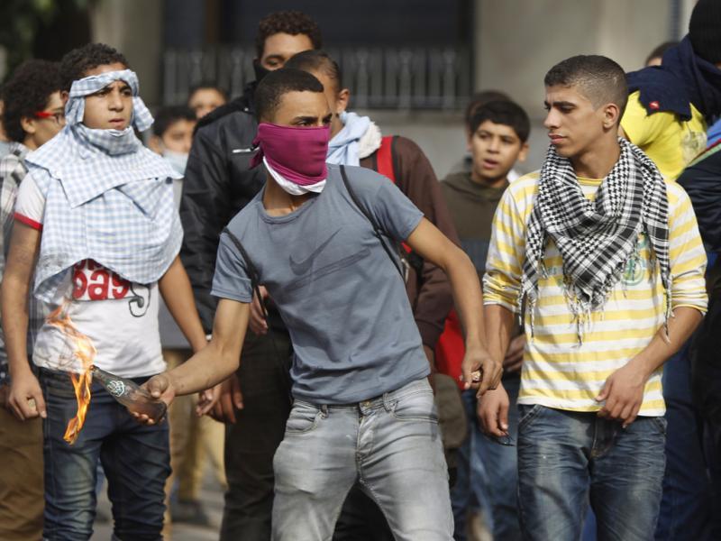 Centenas de feridos em confrontos no Egito (REUTERS)