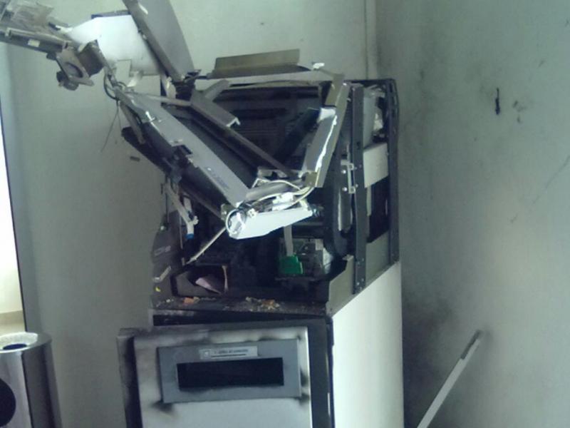 Explosão de multibanco por assaltantes em centro comercial em Vila Nova de Milfontes (Fotos DR)