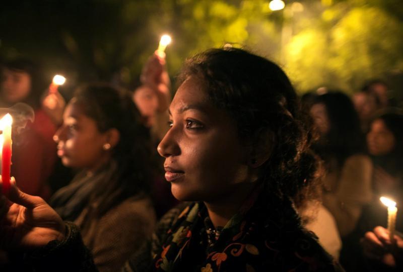 Índia: milhares homenageiam jovem violada que morreu [Reuters]
