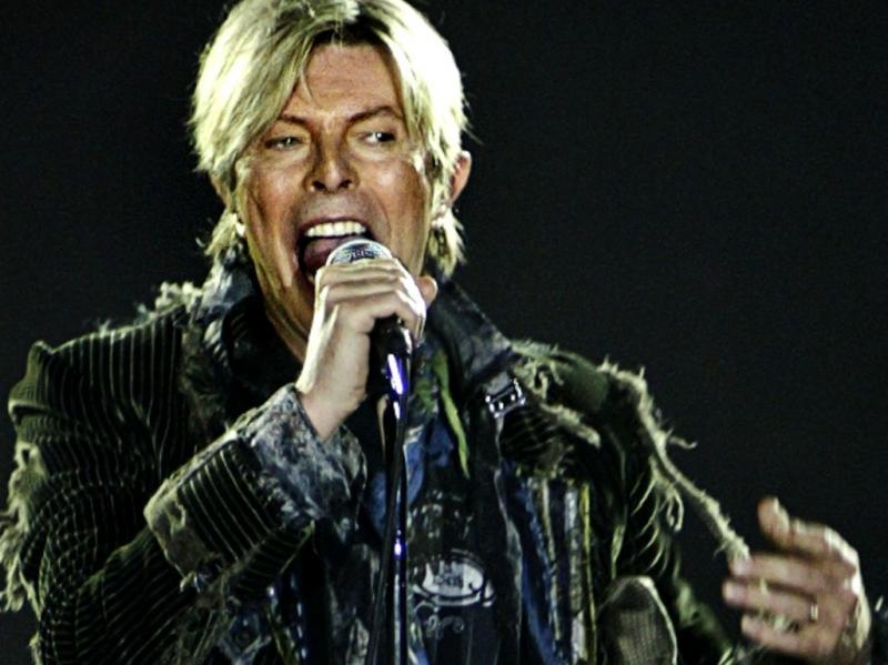 David Bowie em concerto em Praga, em 2004 (REUTERS/David W Cerny)