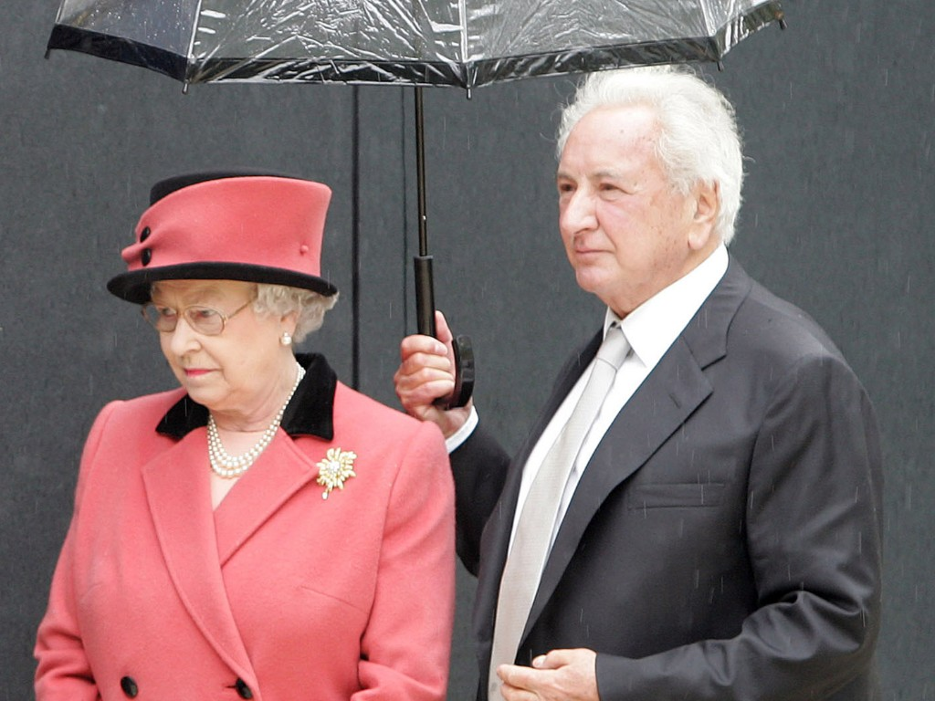 O realizador Michael Winner com a Rainha Isabel II de Inglaterra (Reuters)