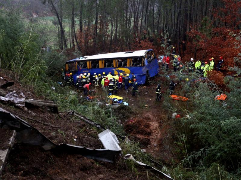 Autocarro cai em ravina e faz 10 mortos (LUSA)