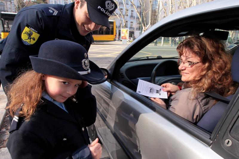 Alunos em ação de sensibilização aos condutores [LUSA]