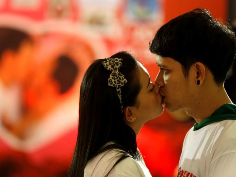 Casais tailandeses tentam bater recorde de beijo mais longo [EPA/RUNGROJ YONGRIT]
