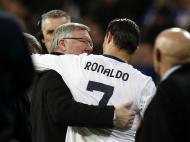 Ronaldo e Ferguson deixam relvado abraçados (Reuters)