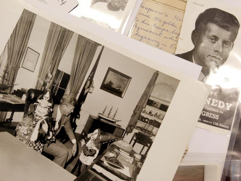 Foto de John F. Kennedy com os seus filhos, Caroline e John Jr., durante o Dia das Bruxas (REUTERS/Jessica Rinaldi)