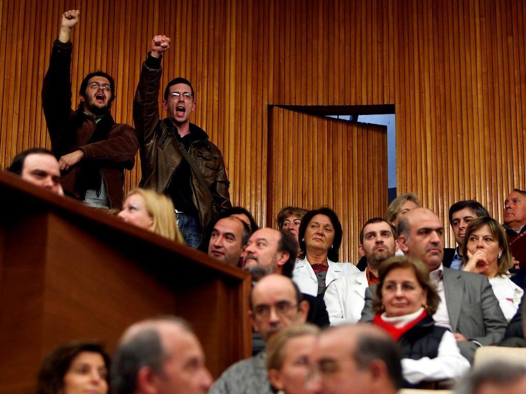 Manifestantes cantam o Grândola Vila Morena
