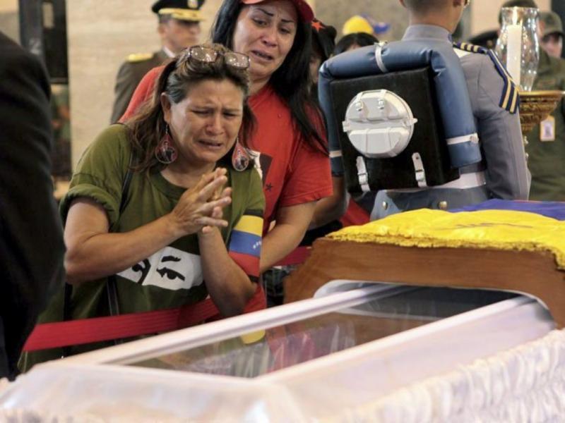 Milhares de venezuelanos esperam horas para ver o corpo de Chávez [EPA]