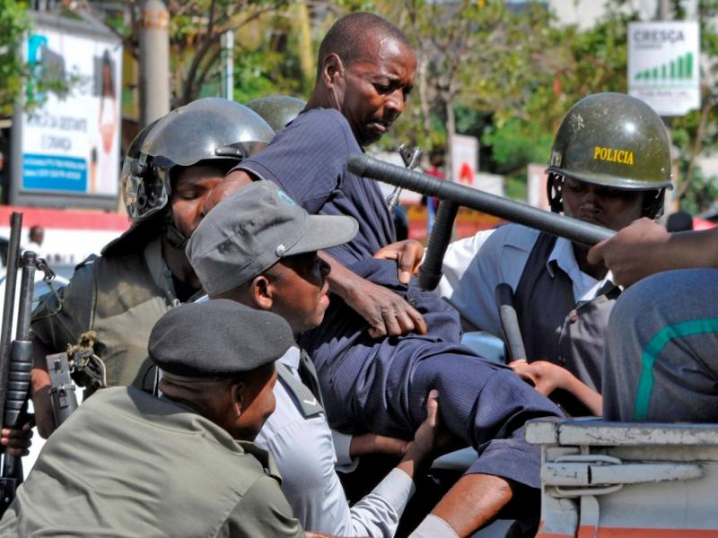 Polícia dispersa manifestação de veteranos de guerra em Maputo (LUSA/EPA)